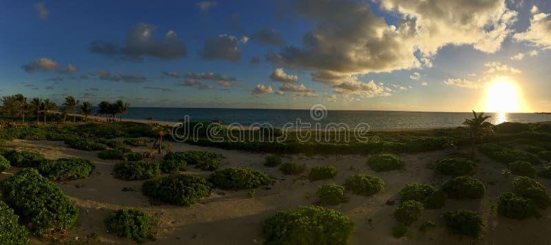 Soluppgång från den turk- och Caicos stranden royaltyfri fotografi
