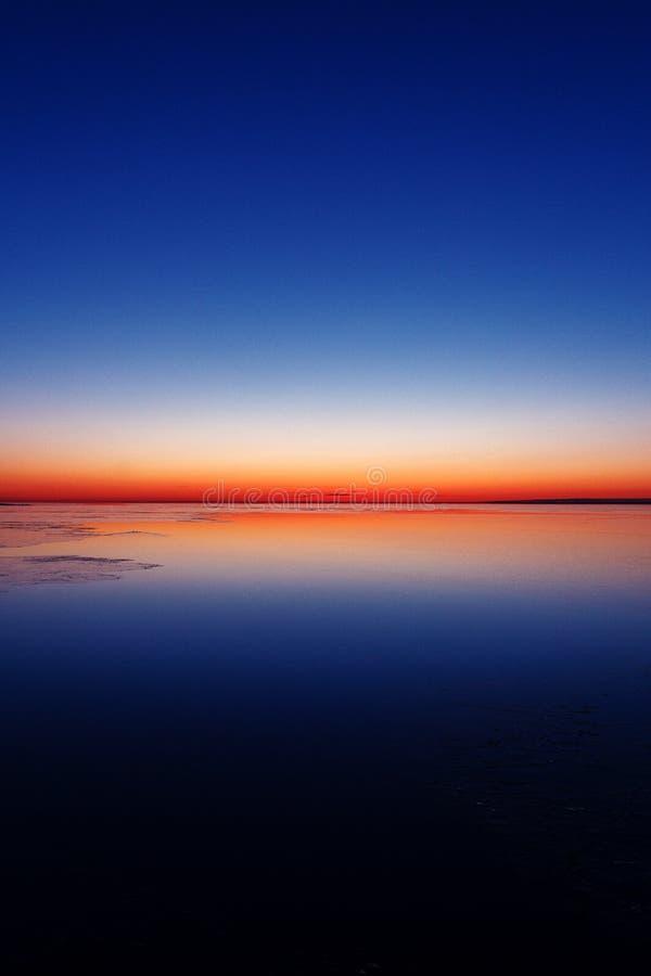 Soluppg?ng i baltisk seainvinter Fantastisk naturf?rg bed hans ljusa sova f?r manmorgon arkivfoto