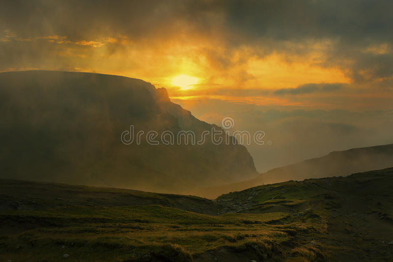 Soluppgång i bergen royaltyfri fotografi