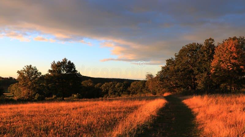 Soluppgång i bergen, skog, blå himmel 2 arkivfoto