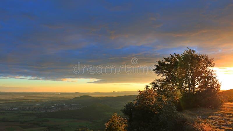 Soluppgång i bergen, skog, blå himmel 7 fotografering för bildbyråer