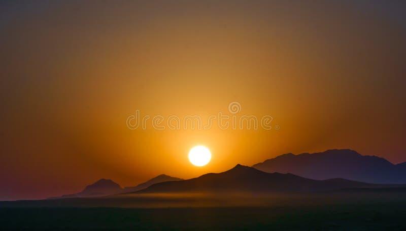Soluppgång i berget vid Varzaneh - Iran royaltyfri foto