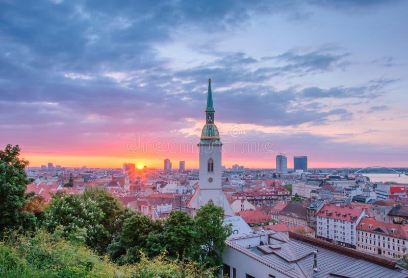 Soluppgång i Bratislava, Slovakien arkivbild