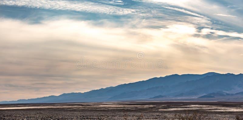 Soluppgång i dödsdalen california-öknen arkivfoton