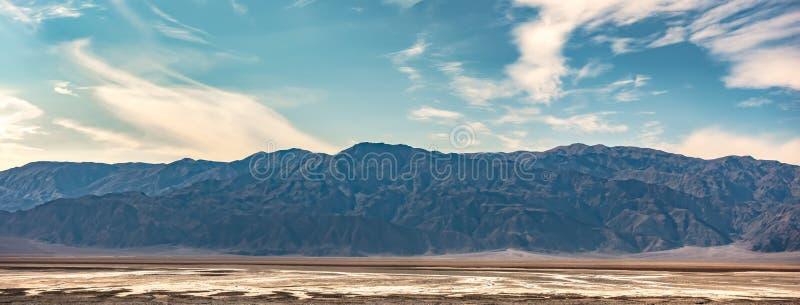 Soluppgång i dödsdalen california-öknen arkivbilder