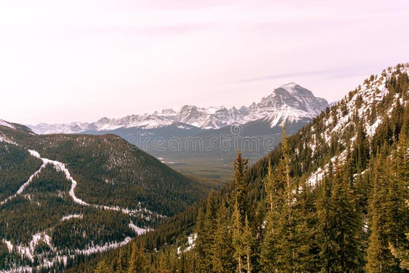 Soluppgång i de kanadensiska steniga bergen på sjön Louise Near Banff National Park royaltyfri bild