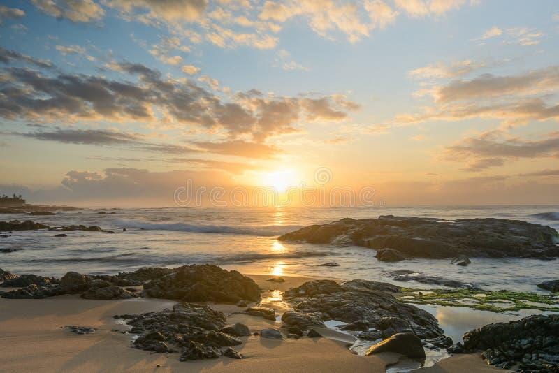 Soluppgång i den Itapuã stranden - Salvador - Bahia - Brasilien fotografering för bildbyråer