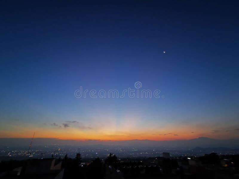 Soluppgång i den México staden och djupblå himmel royaltyfri bild