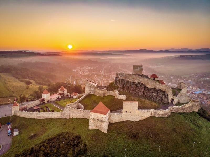 Soluppgång i det Rumänien landskapet på den Rupea fästningen i Transylvania mellan Brasov och Sighisoara arkivbild
