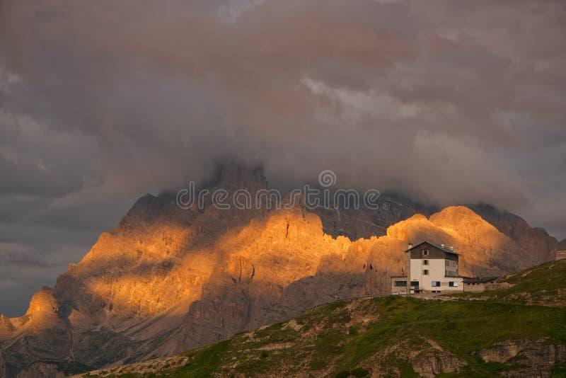 Soluppgång i Dolomites arkivfoton