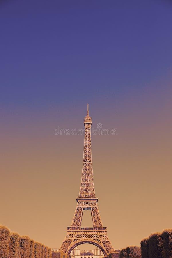 Soluppgång i Eiffeltorn är det berömda stället i Paris, Frankrike royaltyfri bild