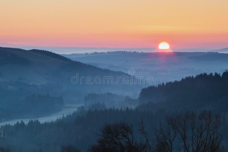 Soluppgång i en dal i de skotska gränserna royaltyfri fotografi