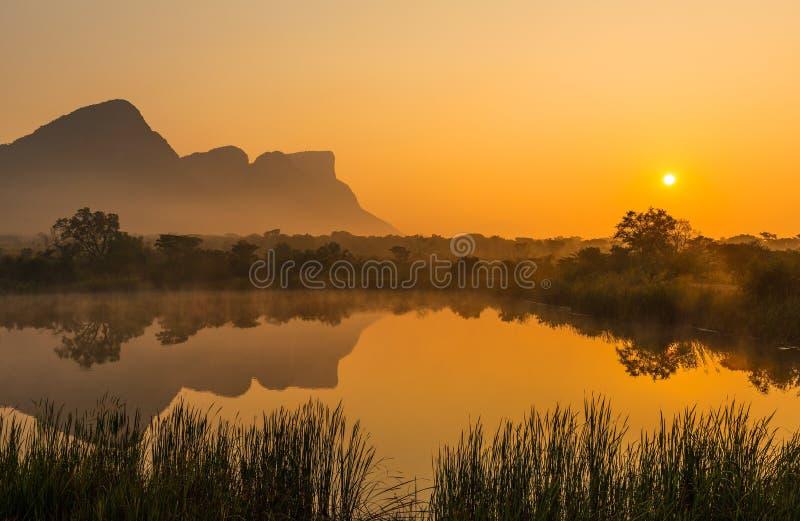 Soluppgång i Entabenien Safari Game Reserve, Sydafrika arkivfoto