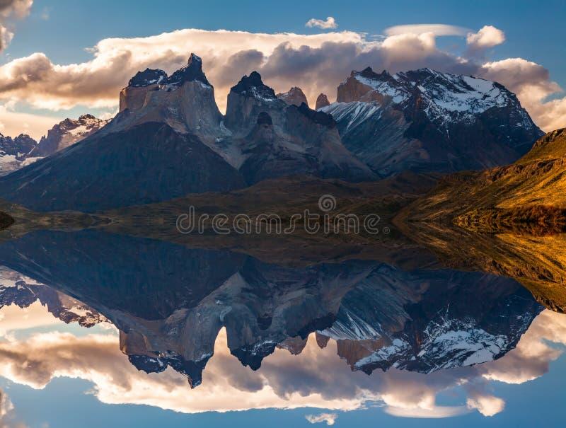 Soluppgång i för Torres del Paine nationalpark-, sjö Pehoe och Cuernos berg, Patagonia, Chile royaltyfri fotografi