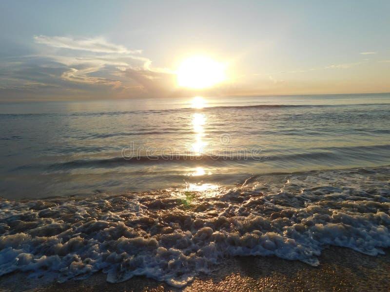 Soluppgång i Florida, strand och vågor fotografering för bildbyråer