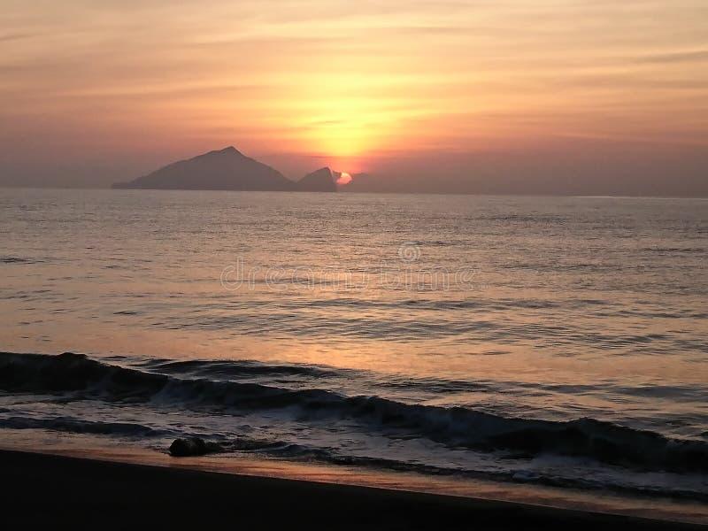 Soluppgång i horisont arkivfoto