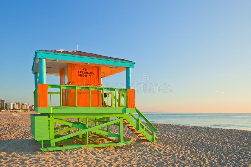Soluppgång i Miami Beach Florida, med ett färgrikt livräddarehus royaltyfria bilder