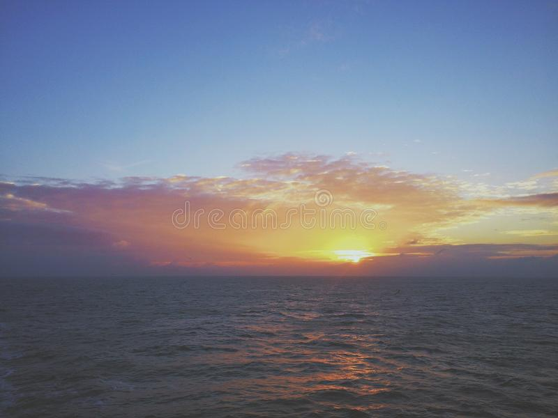 Soluppgång i Nordsjön royaltyfria foton