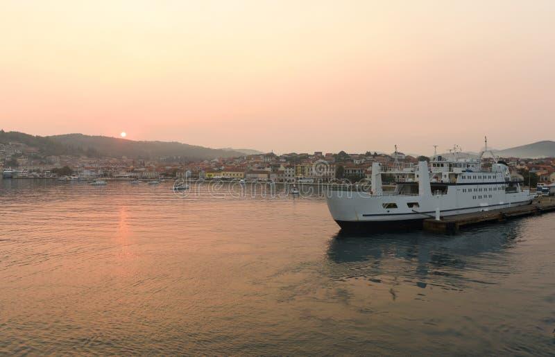 Soluppgång i port av Vela Luka på ön Korcula, Kroatien arkivbild