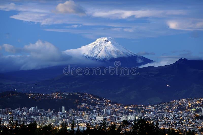 Soluppgång i Quitostad med den Cotopaxi vulkan i bakgrunden fotografering för bildbyråer