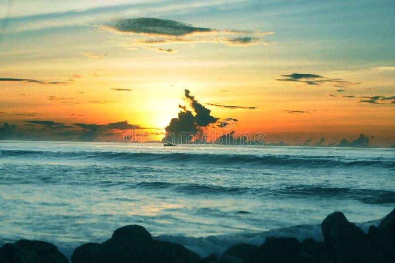 Soluppgång i söder mest atoll av Maldiverna royaltyfri fotografi