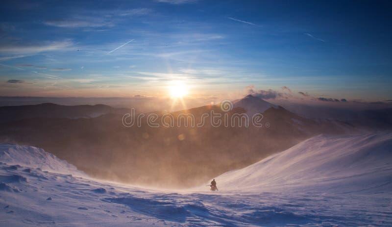 Soluppgång i snöig höga berg arkivfoto