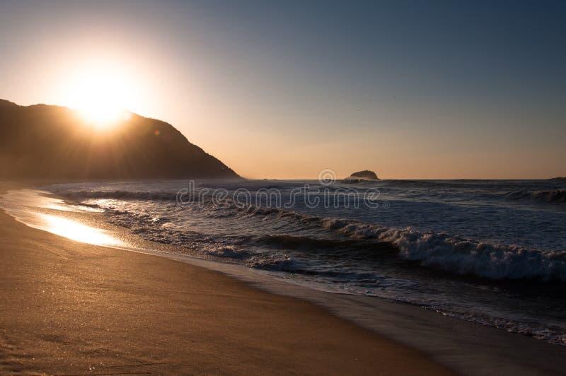 Soluppgång i stranden royaltyfri fotografi