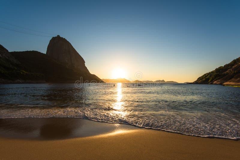 Soluppgång i stranden royaltyfri foto