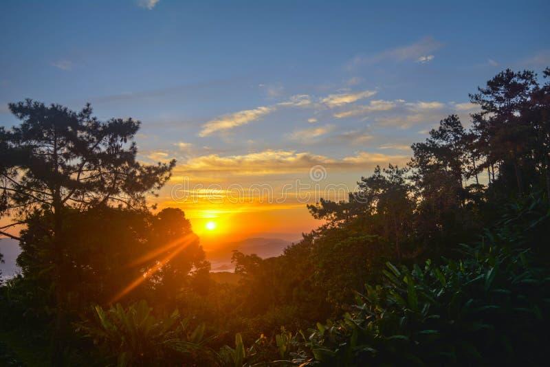 Soluppgång i Thailand HuayNamDang arkivfoto