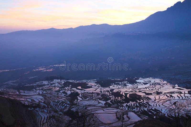 Soluppgång i Yuanyang risterrasser arkivfoto