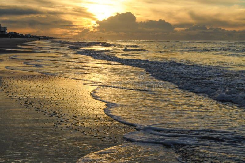 Soluppgång längs stranden av Emerald Isle In Northb Carolina royaltyfria bilder