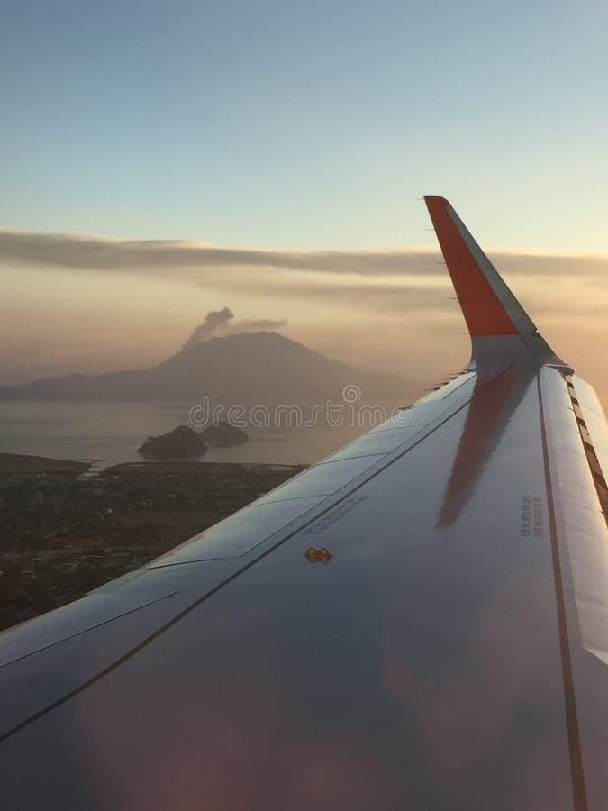 Soluppgång med att få utbrott monteringen Sakurajima från nivån royaltyfri bild