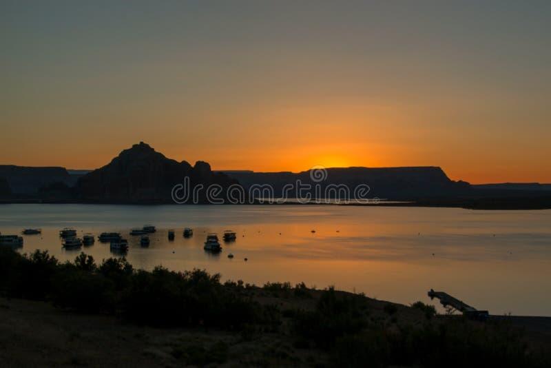 Soluppgång med bergen i bakgrunden arkivbild