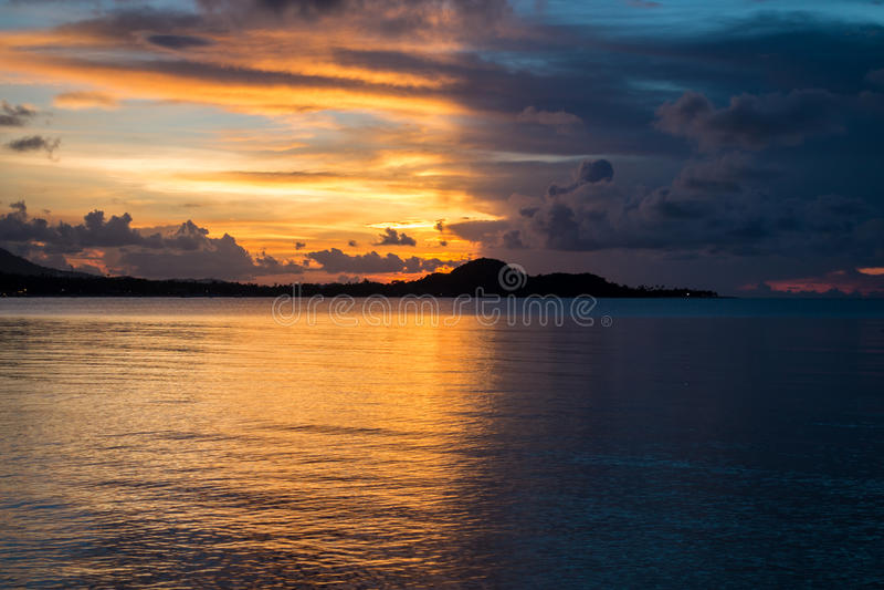 Soluppgång med den ljusa sidan med den mörka sidan på den Samui ön royaltyfri bild