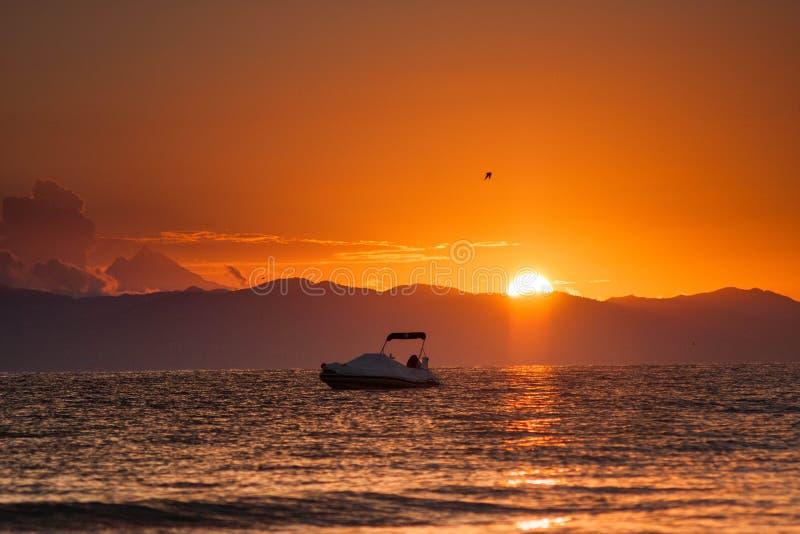 Soluppgång med det Atos berget från Chalkidiki fotografering för bildbyråer