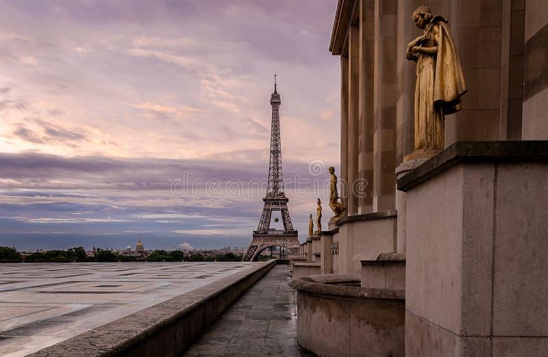 Soluppgång med Eiffeltorn royaltyfri fotografi