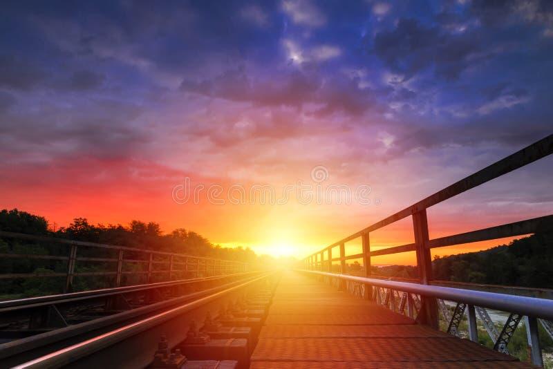 Soluppgång med spektakulär himmel över järnvägen royaltyfria bilder
