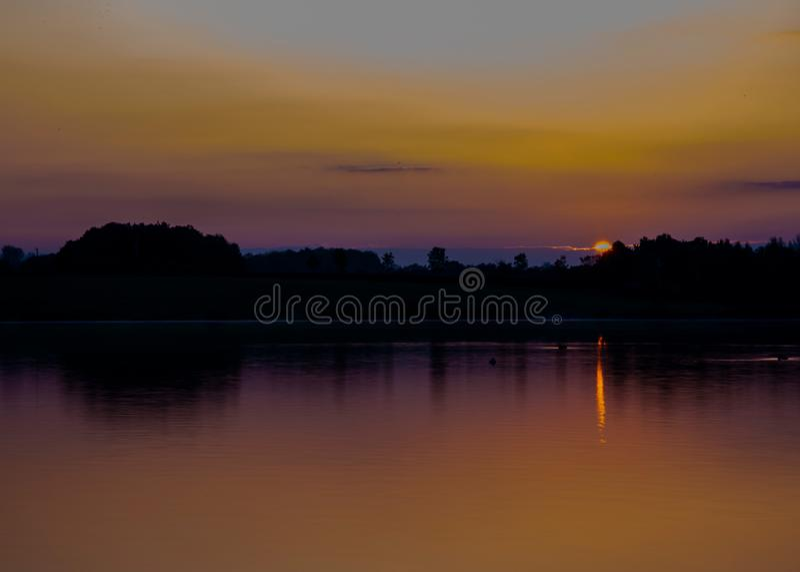 Soluppgång med vacker reflektion vid Furzton Lake, Milton Keynes royaltyfria foton