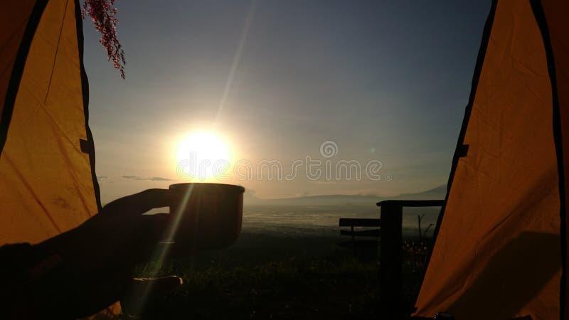 Soluppgång med varmt av kaffe royaltyfri bild
