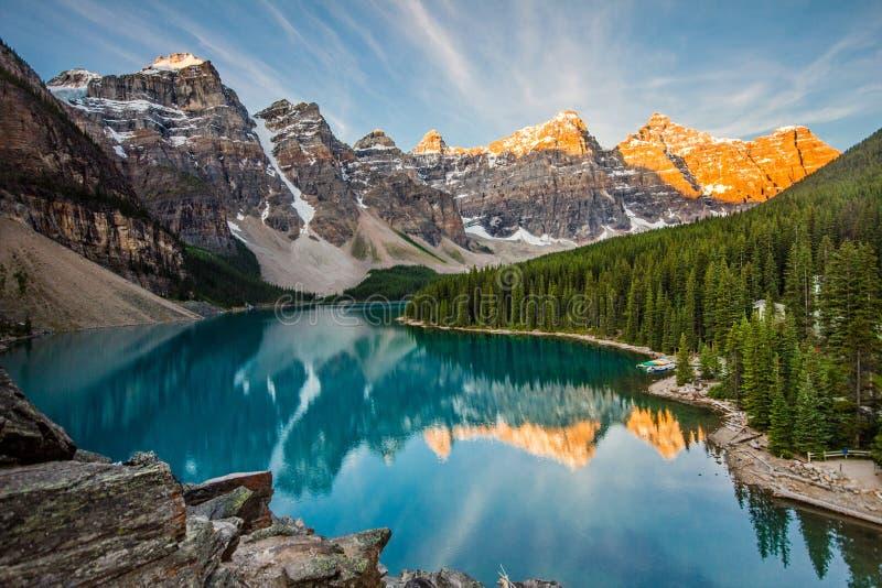 Soluppgång nationalpark över morän för sjön, Banff, Alberta arkivfoto