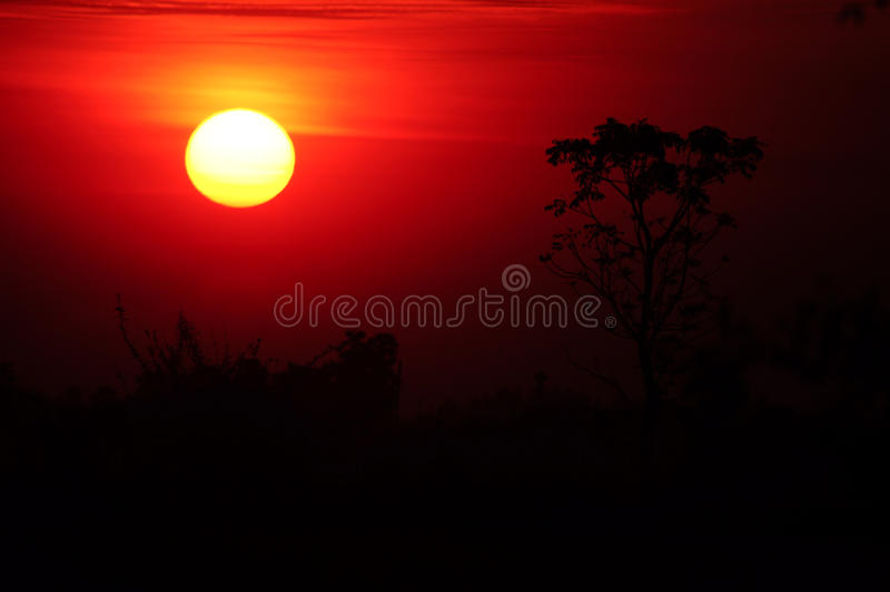 Soluppgång och berg i moringen arkivfoton