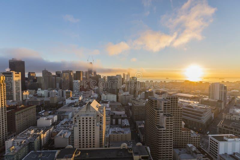 Soluppgång och dimma i stadens centrum San Francisco royaltyfria foton
