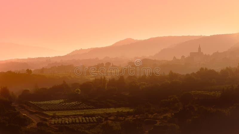 Soluppgång och dimma på Luberonen royaltyfria bilder
