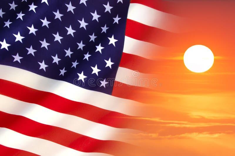Soluppgång- och Förenta staternaflagga royaltyfri foto