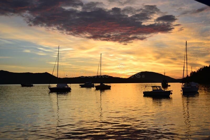 Soluppgång och fartyg på havet arkivfoto