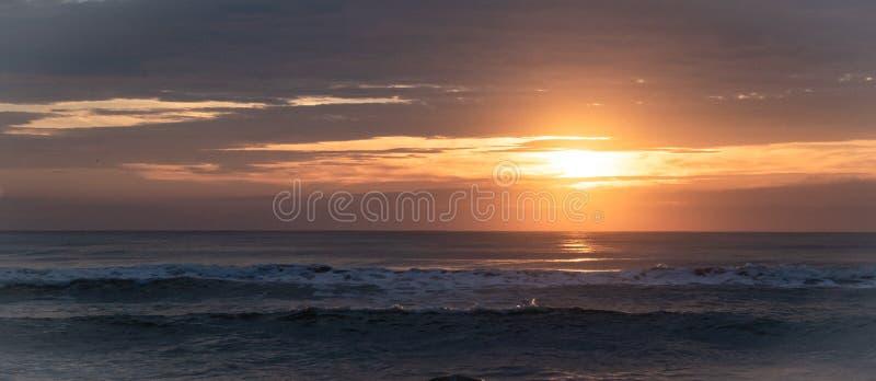 Soluppgång och härlig reflexion över havet i morgonferien på den förbudKrut stranden, Prachuapkirikhan, söder av Thailand arkivbild