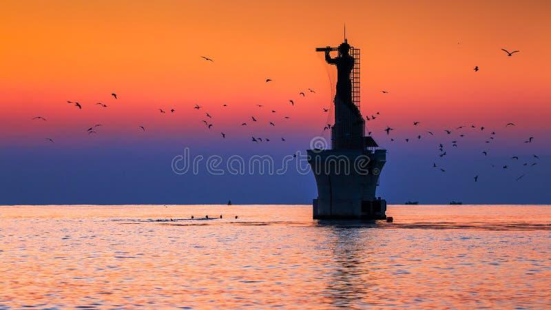Soluppgång och lighthouese royaltyfri bild