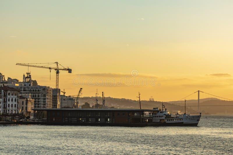 Soluppgång- och stadslinjer färja i istanbul fotografering för bildbyråer