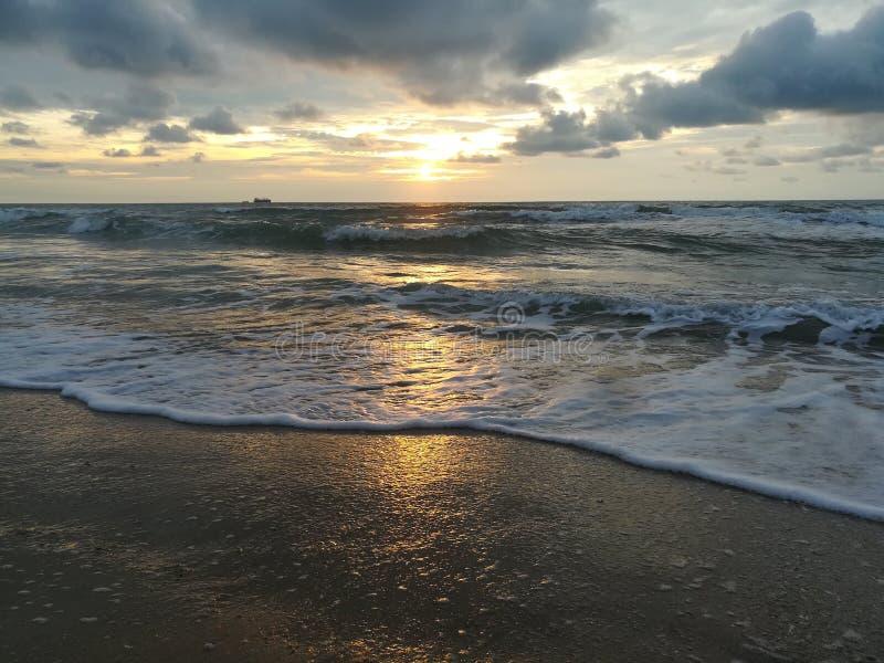 Soluppgång och strand arkivbild
