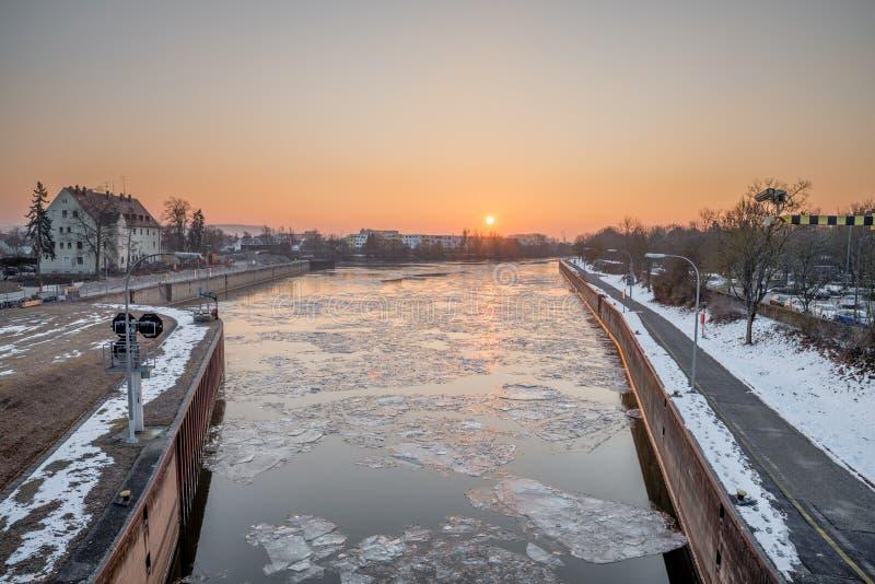 Soluppgång ovanför Reinhausen i vintern - Regensburg, Tyskland, royaltyfria bilder